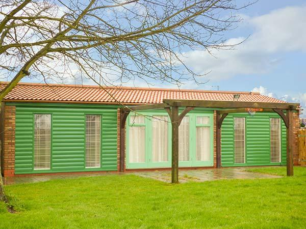 GARDEN LODGE, cosy, wooden lodge, open plan, parking, pet-friendly, 2 miles to beach, Withernsea, Ref 933069 - Image 1 - Withernsea - rentals