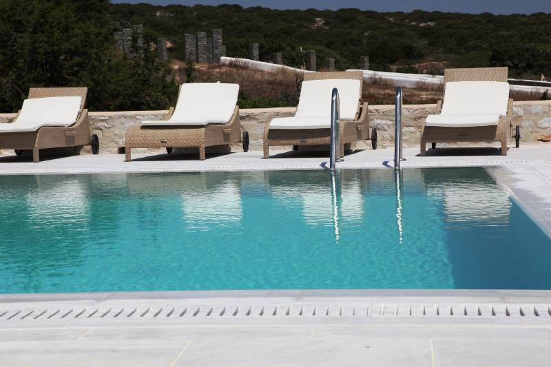 Pool with sunbeds - Blue Villas | Margot | Naxos view, Pool terrace - Ampelas - rentals