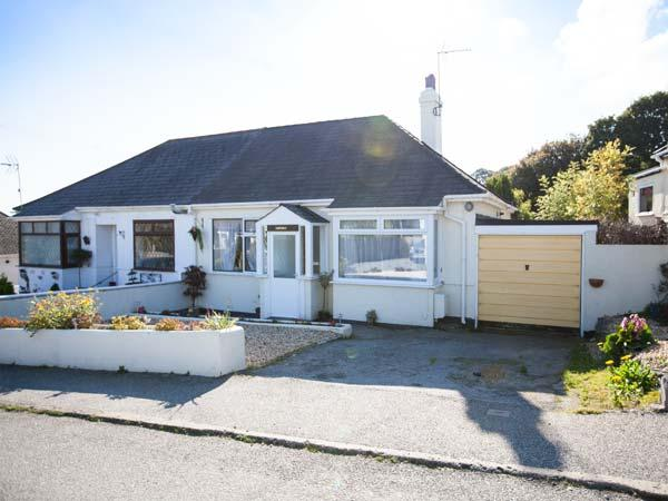LOWENNA, semi-detached cottage, pet-friendly, enclosed garden, 10 mins to beach, in Falmouth, Ref 905003 - Image 1 - Falmouth - rentals