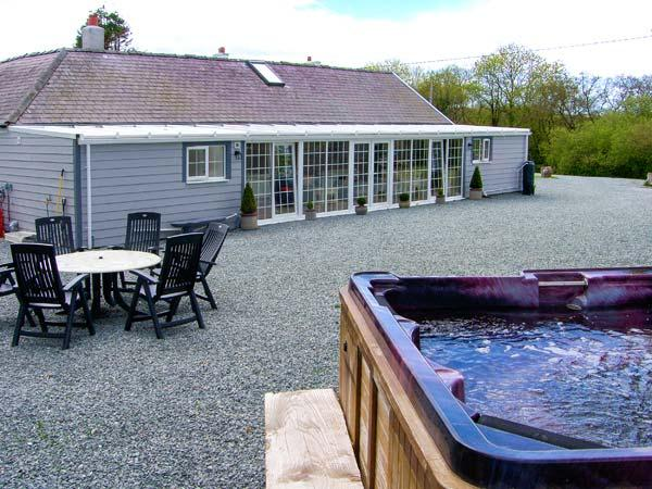 THE KEEPERS LODGE, detached stone cottage, woodburner, hot tub, family accommodation, near Morfa Nefyn, Ref 917973 - Image 1 - Morfa Nefyn - rentals