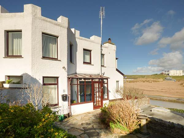 THE FORT quirky, sea views, beach nearby, WiFi in Bude Ref 928563 - Image 1 - Bude - rentals