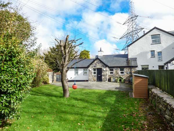3 PLAS BRITANNIA, single-storey cottage, WiFi, enclosed garden, pet-friendly, in Llanfairpwllgwyngyll, Ref 933634 - Image 1 - Llanfairpwllgwyngyll - rentals