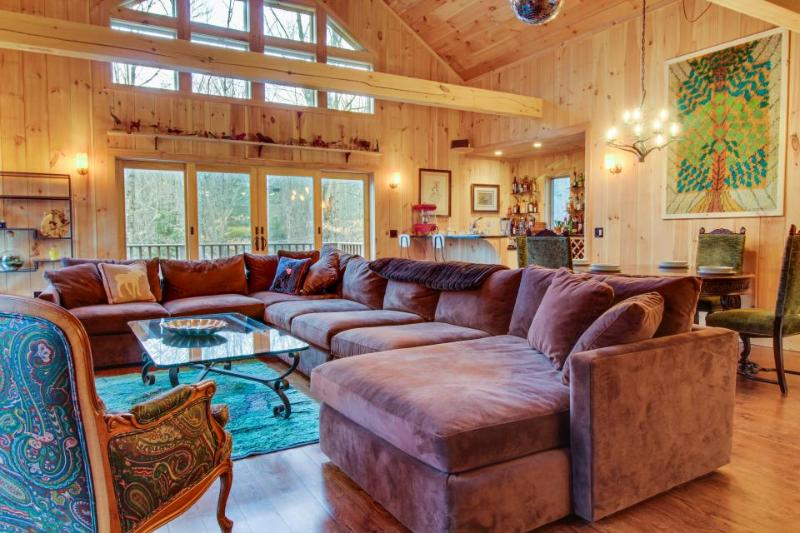 Gorgeous mountain home w/ private hot tub - skiing nearby! - Image 1 - Bondville - rentals