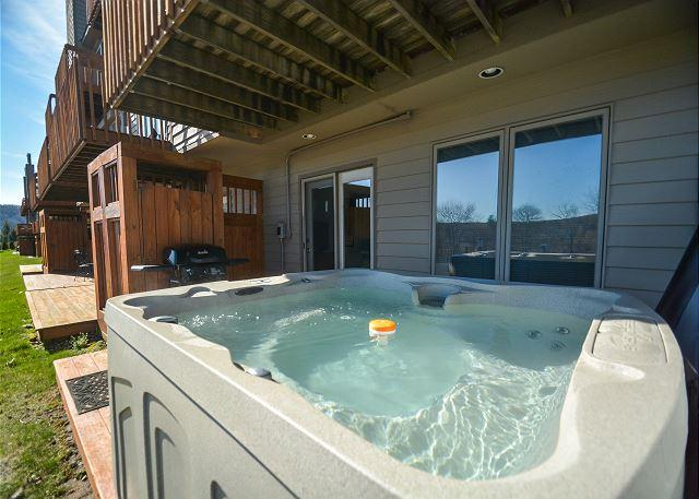 Hot Tub - Stylish & Appealing 2 Bedroom Ski In/ Ski Out Townhome w/ Hot Tub! - McHenry - rentals