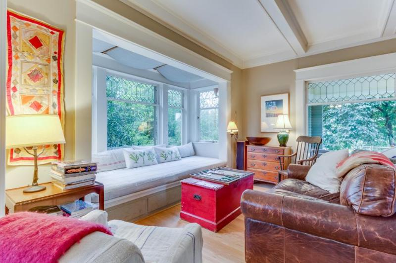 Charming Phinney Ridge cottage w/ sunny yard - dogs welcome! - Image 1 - Seattle - rentals