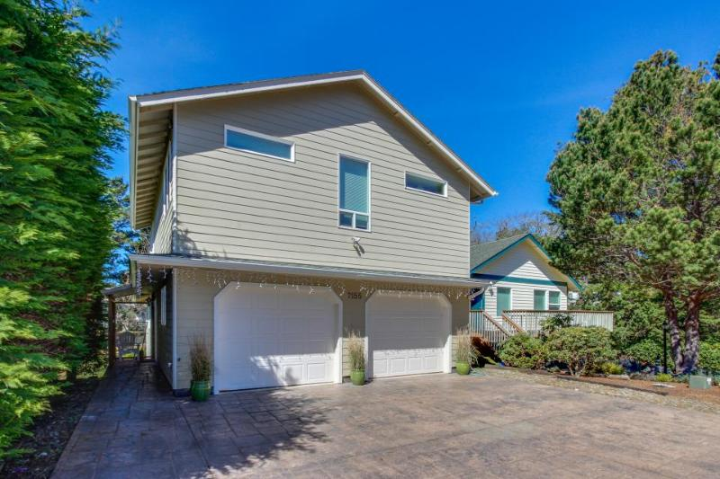 Quiet, spacious home within walking distance to the beach! - Image 1 - Gleneden Beach - rentals