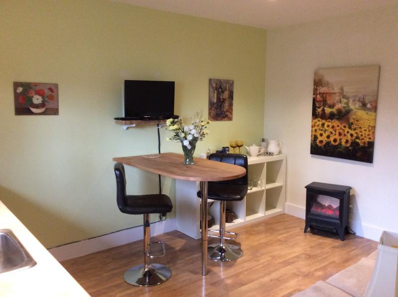 Cozy dining/kitchen/living area - Apple Suite:1 king bdrm ,kitchenette,wifi,bbq,a/c - Penticton - rentals