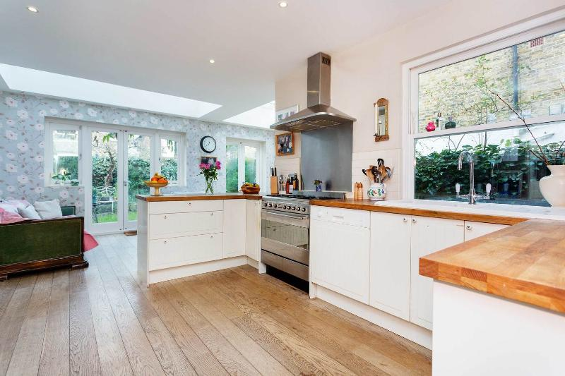 A charming and homely Victorian terraced house in Wandsworth. - Image 1 - London - rentals