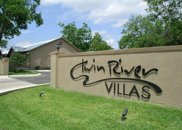 "Twin River Villa's Entrance - Family lodging near Schlitterbahn, Downtown, and the  Rock"" - New Braunfels - rentals"