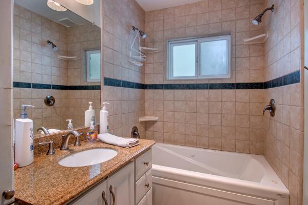 Bath 1 - 814 Capistrano Place - San Diego - rentals