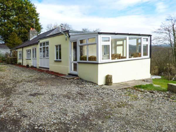 1 PENRHYNBACH, country views, jacuzzi bath, pet welcome in Ciliau Aeron, Ref 14991 - Image 1 - Aberaeron - rentals