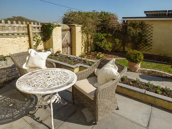 SEAVIEW HOUSE, ground floor apartment, woodburner, private courtyard, WiFi, in - Image 1 - Southerndown - rentals