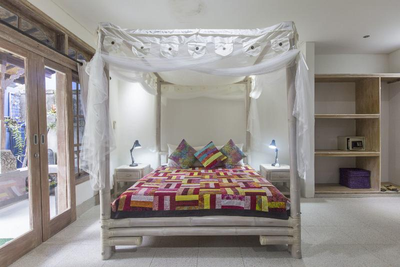 Sandat suite King bed 200x220cm with quality Australian mattress and pillow menu :) - Angel House: Sandat Suite King bed+sofa bed (2 child) Boutique B&B Ubud - Ubud - rentals