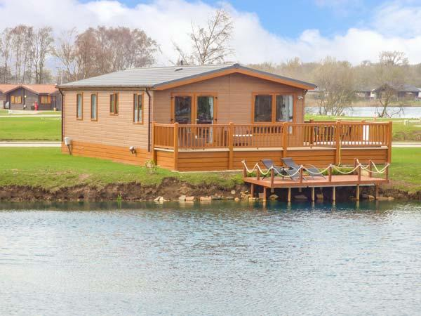 CASTLE VIEW LODGE, ground floor lodge with hot tub, lake views, en-suite, on-site faciltiies, near Tattershall, Ref. 916115 - Image 1 - Tattershall - rentals