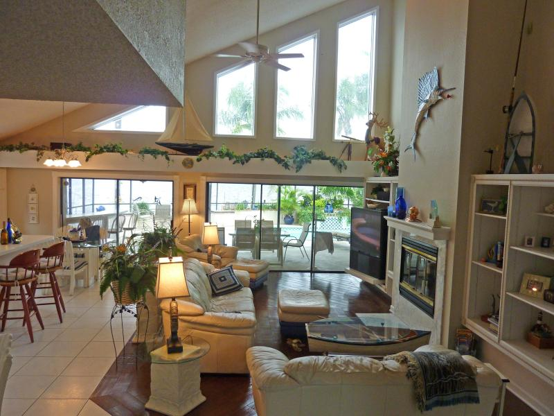 Great Room with 23 ft ceiling - Tarpon Lake Villa with Heated Pool & Games - Palm Harbor - rentals