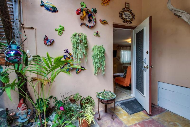 Bright garden-entry condo only steps to Hollywood Beach! - Image 1 - Hollywood - rentals