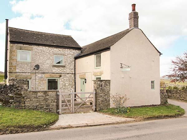 GALENA COTTAGE, open fire, woodburning stove, pet-friendly, lawned gardens, in Wardlow, Tideswell, Ref 919707 - Image 1 - Tideswell - rentals