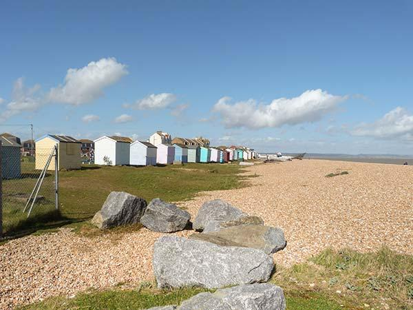 BEACH HOUSE, terraced, direct access onto beach, stunning views, nr Greatstone Ref 931281 - Image 1 - Camber - rentals