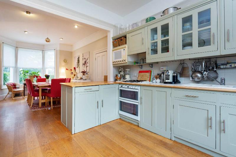 A spacious and bright five-bedroom house in Wimbledon - Image 1 - London - rentals