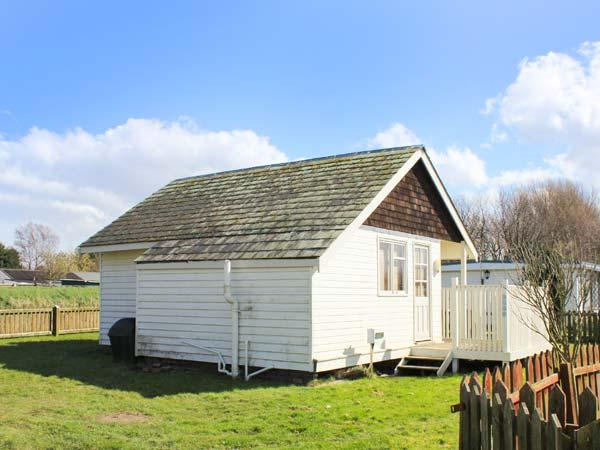 THE LITTLE HAVEN, quaint, single-storey chalet, open plan living, beach 1 min walk, Cleethorpes, Ref 929054 - Image 1 - Cleethorpes - rentals