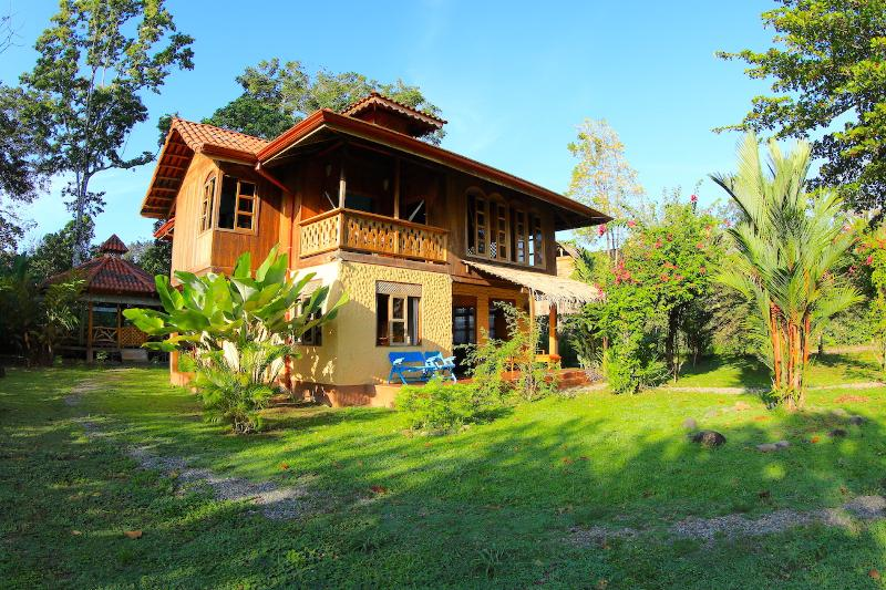 Front beach house with garden in front - Spacious Beach Front House in Puerto Viejo - Puerto Viejo de Talamanca - rentals