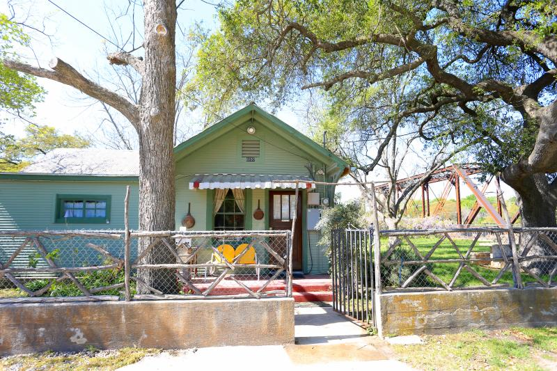 1930's craftsman home next to the oldest tavern in Texas - Riley's Creekside Cottage - New Braunfels - rentals