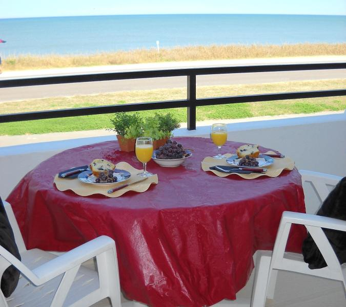 Enjoy a bite to eat while overlooking the ocean - $850/wk all inclusive - Flagler Beach - rentals