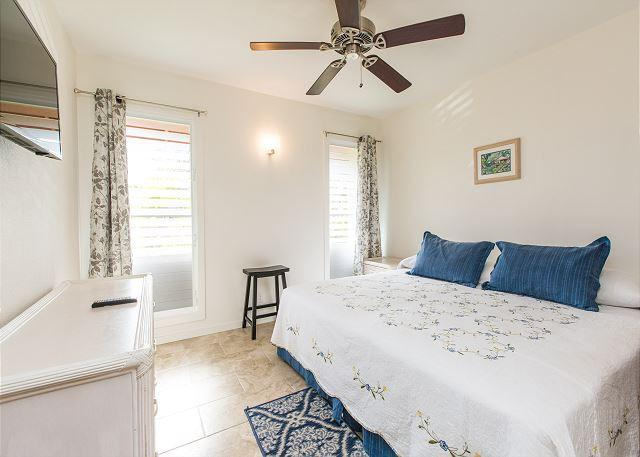 Master Bedroom with King - Village Manor D22, Coconut Grove Views, Walk to Kapaa Town & Beaches - Kapaa - rentals