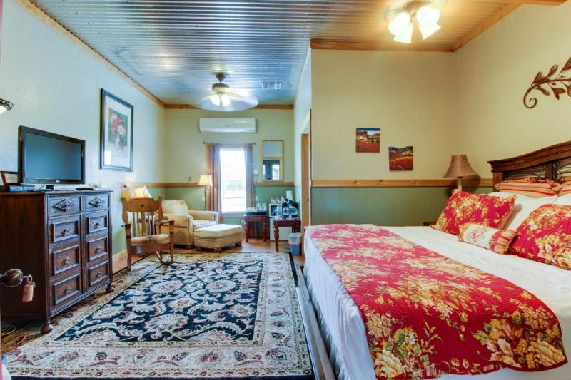 Plush dog-friendly suite with on-site tasting rooms, walk to wineries! - Image 1 - Fredericksburg - rentals