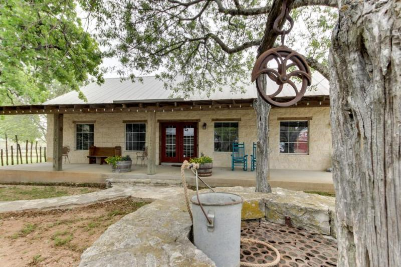 Romantic, dog-friendly cabin with on-site courtyard, close to wineries! - Image 1 - Fredericksburg - rentals