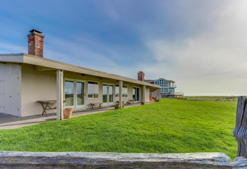 Retro, oceanfront condo w/ serene views, easy beach access - Image 1 - Gearhart - rentals