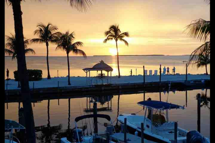 View of the sunset from the marina area in the beautiful Futura Yacht Club! - **Fall Promo** Spacious Condo in the Tropical Futura Yacht Club with Free Boat & Trailer Parking! - Tavernier - rentals