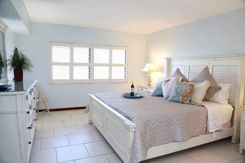 Serene Master Bedroom with King Bed, 50' LCD TV, Ensuite & Walk In Closet - **Sandcastles - Stunning View, Recently Reno'd** - Cocoa Beach - rentals