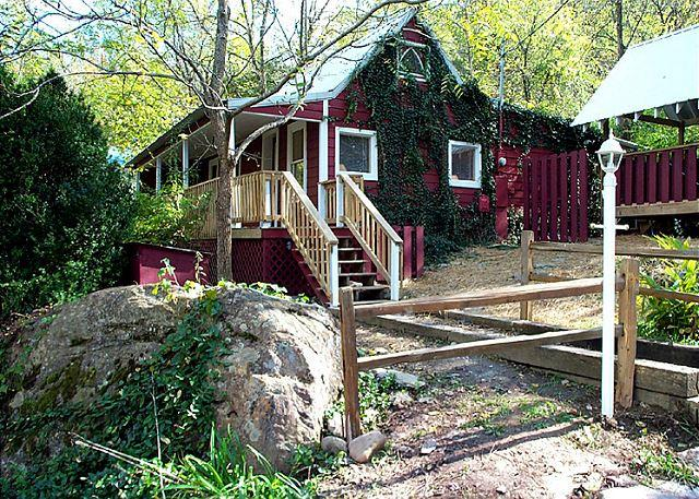 Old-fashioned charm, modern conveniences - A Beautiful River  Waterfront Fisherman's Paradise Hot Tub Free Nights - Gatlinburg - rentals