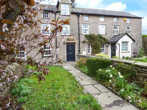 89 HIGH STREET, stone-built, original beams and latched doors, ample walking - Image 1 - Kirkby Stephen - rentals