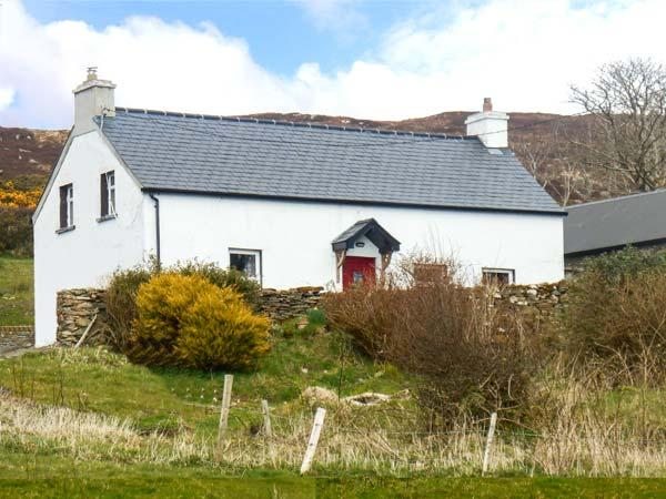GEORGE'S COTTAGE, solid fuel stove, yard, stunning views, nr Fahan Ref 926821 - Image 1 - Buncrana - rentals