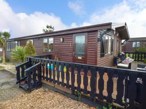 ROSY LODGE, timber lodge with WiFi, on-site pool, tennis, gym, dog welcome, close beach, Milford on Sea Ref 936071 - Image 1 - Milford on Sea - rentals
