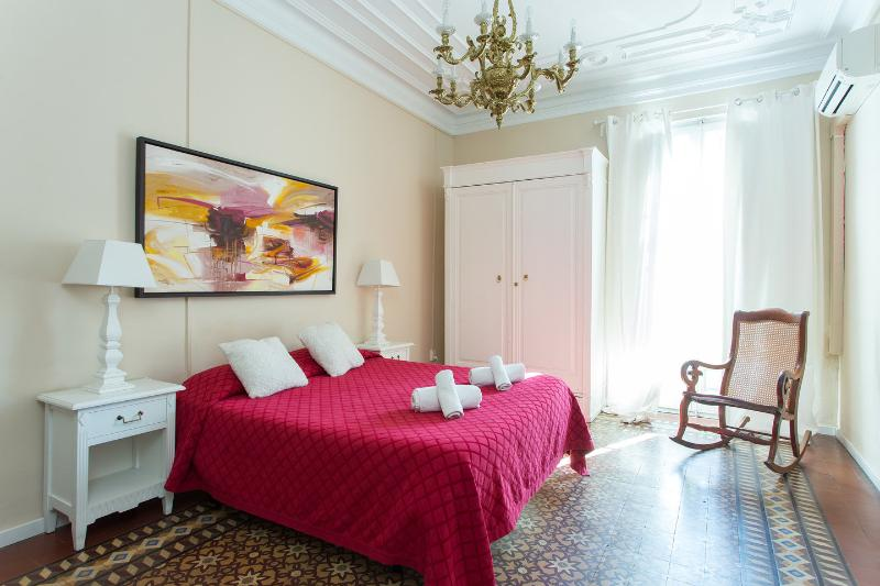 The Master Bedroom - Central 4bedroom family Apartment Eixample +Airco - Barcelona - rentals