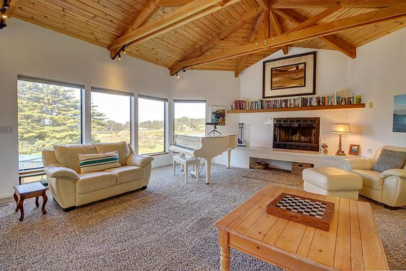 Lovely ocean bluff retreat with hot tub, shared pool, & beach access! - Image 1 - Sea Ranch - rentals