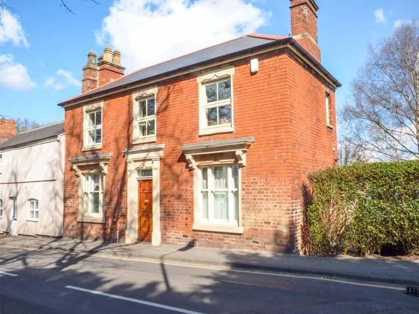 PARK VIEW, first floor, gas stove, off road parking, courtyard, in Melton Mowbray, Ref 935963 - Image 1 - Melton Mowbray - rentals