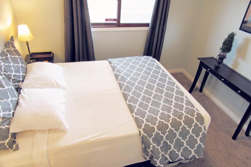 2 queen bedrooms Blackout curtains Guests comment on our comfortable beds. Egyptian cotton sheets - 5-star UPDATED House! Central. W/D. WiFi. Yard - Anchorage - rentals