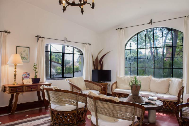 Villas Bellavista offers Villa Azteca. Living room w/ flat tv &dining area for 6 State tourist info. - Villa Azteca Authentic Mexican Casa in Great Locat - Cuernavaca - rentals