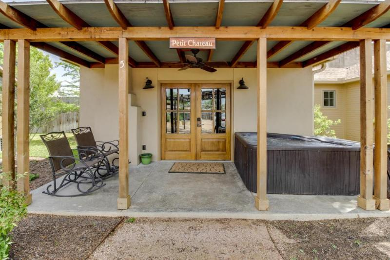 Romantic, dog-friendly getaway with hot tub —walk downtown! - Image 1 - Fredericksburg - rentals