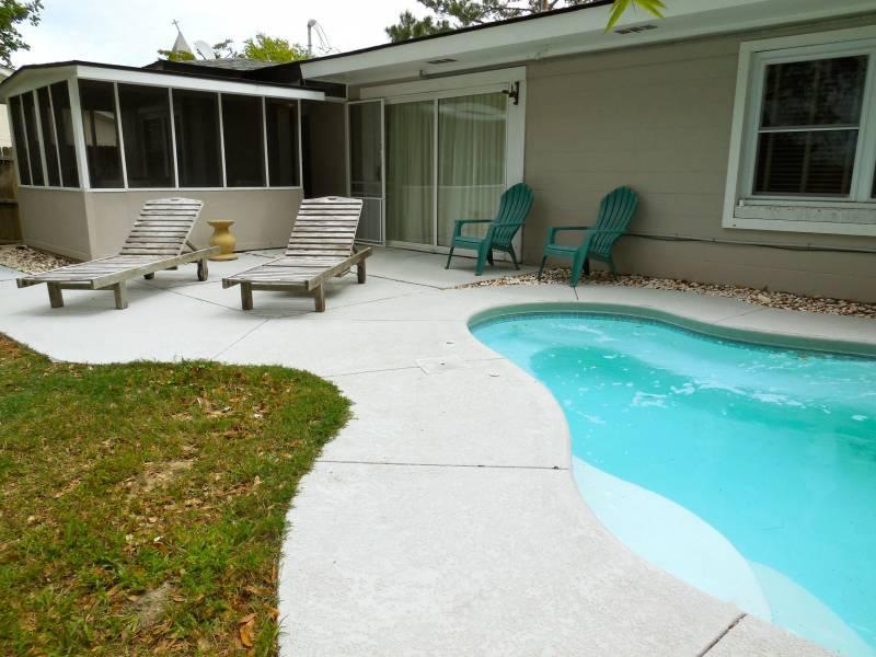 Exterior & Pool - Cottage Off Center - Folly Beach, SC - 3 Beds BATHS: 1 Full 1 Half - Folly Beach - rentals