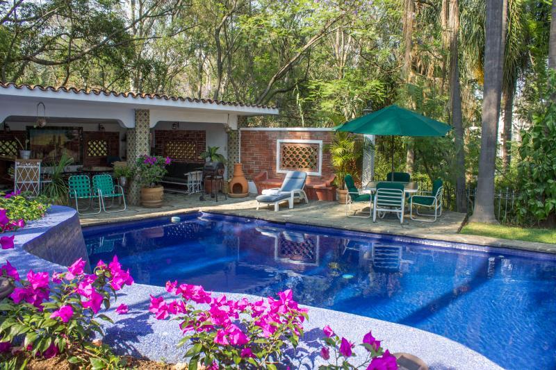Alberca con cabaña/Pool and Pool House - Villa Xochimilco w/ Tropical Gardens, Pool & Locat - Cuernavaca - rentals