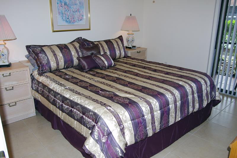Bedroom with king-size bed - Large 1BR/1BA vacation condo rental in Sarasota - Sarasota - rentals
