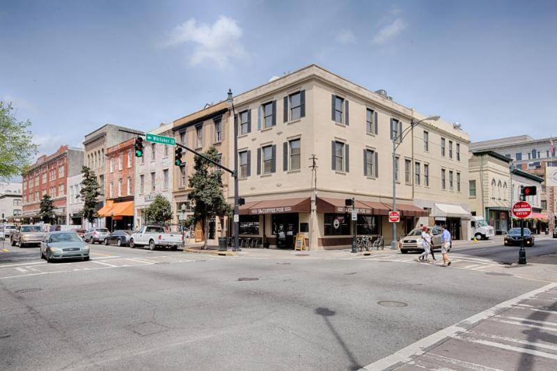Downtown living with great dining, shopping & sightseeing - dogs welcome! - Image 1 - Savannah - rentals