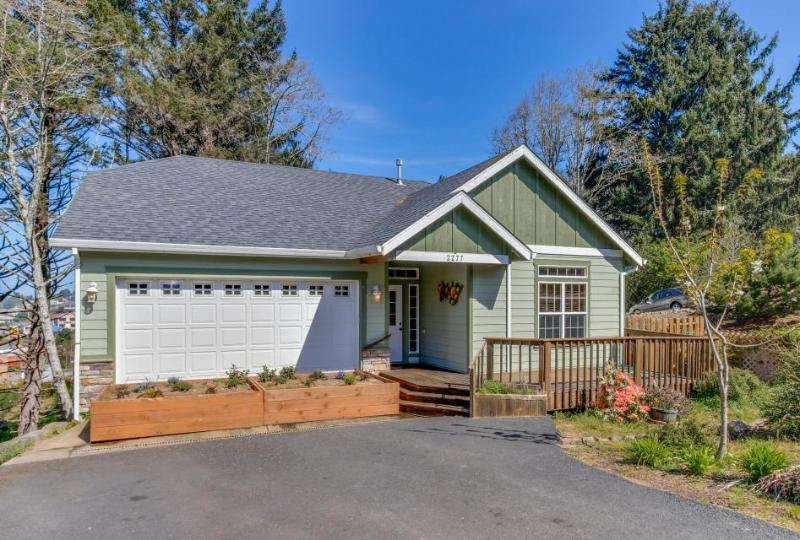 Modern 3 BR house w/room for 11, close to everything in town - Image 1 - Lincoln City - rentals