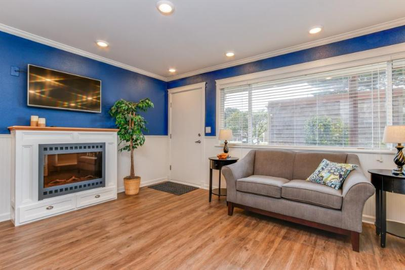 Modern & colorful dog-friendly condo right next to beach! - Image 1 - Neskowin - rentals