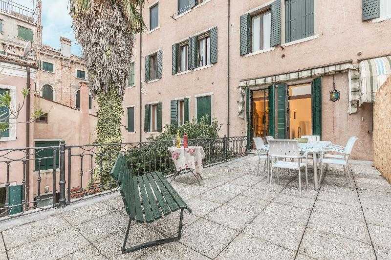 Canal View with Terrace - Large and bright apartment with 3 bedrooms with a spacious terrace and canal view - Image 1 - Venice - rentals